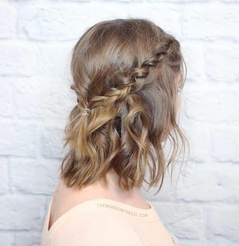 bello peinado con dos trenzas y pelo suelto con ondas que le da un estilo casual a tu cabello